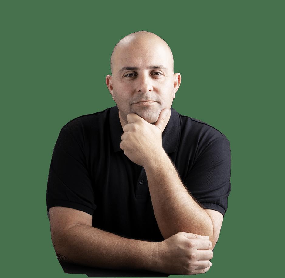 תמונה של אריק שולמן, בעלים של שולמן אסטרטגיה - ייעוץ עסקי למסעדנים - על רקע בהיר בתבנית אפורה