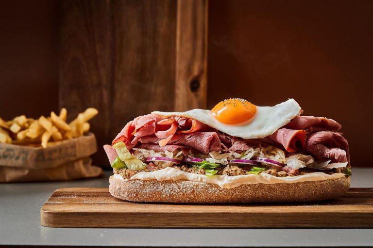 סנדוויץ בשר עם ביצה עין מעל של מסעדת פליישמן בחסות יועץ קולינרי