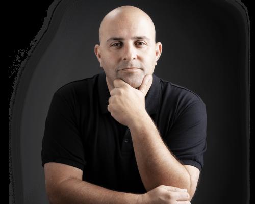 אריק שולמן - הבעלים של חברת שולמן אסטרטגיה על רקע שחור ולבן